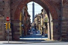 Bologna gesehen durch eins seiner Portale Stockfoto