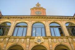 Bologna, Italië, 14 Augustus 2016: De voorgevel van Archiginnasio Stock Afbeelding