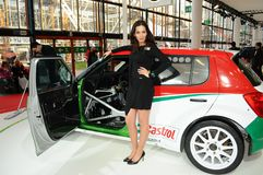 BOLOGNA, ITALIË - DECEMBER 2, 2010: het mooie model stelt met Skoda-Raceauto bij de de Motorshow van Bologna royalty-vrije stock foto