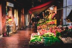 BOLOGNA, ITALIË - 15 FEBRUARI, 2016: De niet geïdentificeerde mensen lopen op een marktstraat in Bologna, Italië Stock Foto