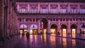 BOLOGNA, ITALIË - 15 FEBRUARI, 2016: Een niet geïdentificeerde vrouw loopt in Piazza Maggiore, Bologna, Italië Royalty-vrije Stock Afbeeldingen