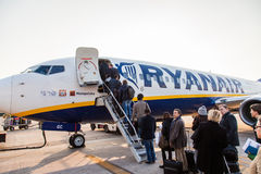 BOLOGNA, ITALIË - Maart 2: Passagiers die Straalairpla van Ryanair inschepen Royalty-vrije Stock Fotografie