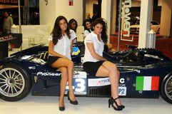 BOLOGNA, ITALIE - 2 DÉCEMBRE 2010 : jeunes poses de modèles au Salon de l'Automobile de Bologna photos libres de droits