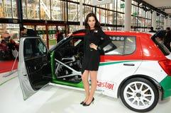 BOLOGNA, ITALIE - 2 DÉCEMBRE 2010 : le beau modèle pose avec la voiture de course de Skoda au Salon de l'Automobile de Bologna photo libre de droits