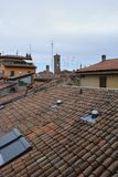Bologna, Italie, vue des toits carrelés, antennes photographie stock libre de droits