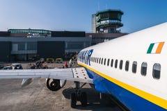 "BOLOGNA, ITALIEN †""im Februar 2016: Passagiere, die Ryanair-je verschalen stockfotografie"