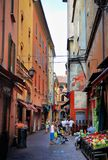 Bologna Italien - Juli 08, 2013: Grändväg i Italien Arkivfoto