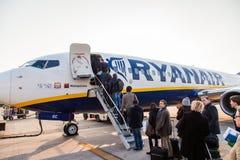 BOLOGNA ITALIEN - mars 2: Passagerare som stiger ombord Ryanair strålairpla Royaltyfri Fotografi