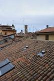Bologna Italien, sikt av belade med tegel tak, antenner royaltyfri fotografi