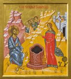 BOLOGNA ITALIEN, 2018: Symbolen av Jesus och samariterna på den väl platsen i kyrkliga Chiesa di San Pietro av Giancarlo Pellegri royaltyfri foto