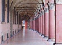 Bologna - Kenmerk porticoes van via Santo Stefano (St. Stephen) royalty-vrije stock afbeeldingen