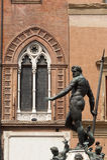 Bologna-, Neptunbronzestatue und Fenster Stockfotos