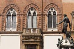 Bologna-, Neptunbronzestatue und Palast Stockfotografie