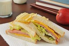 Bologna och ostsmörgås för efter skolamellanmål Arkivfoto
