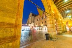 BOLOGNA - PAŹDZIERNIK 21, 2014: Turyści w centrum miasta przy nocą Bo Zdjęcie Stock