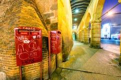 BOLOGNA - PAŹDZIERNIK 21, 2014: Turyści w centrum miasta przy nocą Bo Fotografia Royalty Free