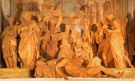 Bologna - transport av den Madonna gruppen av 14 statyer i terrakotta i Oratorium de Batutti Arkivfoton