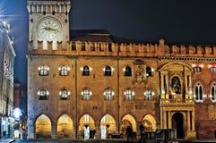 Bologna, W?ochy Zegarowy wierza piazza Maggiore przy noc? zdjęcia royalty free