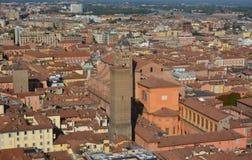 Bolognaen staden, som kallades en gång staden av 100 torn, precis för de otaliga konstruktionerna av detta skriver in staden Royaltyfri Foto