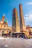 Bolognatorn och Chiesa di San Bartolomeo Bologna Emilia-Romagna, Italien arkivfoto