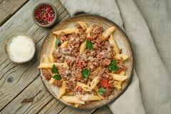 Bolognese Deegwaren Fusilli met tomatensaus, grond fijngehakt rundvlees Traditionele Italiaanse keuken Hoogste mening royalty-vrije stock fotografie
