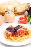 bolognese en tjänande som spagetti Arkivbilder