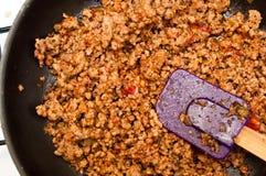 Bolognese kött på stekpannan Arkivfoto
