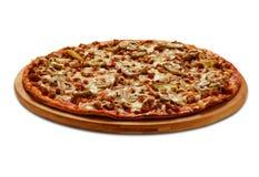 Bolognese pizza met cornichon en champignons Op wit Royalty-vrije Stock Fotografie