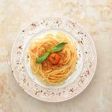 Bolognese spagetti för spagetti, finhackat nötkött, spenatkörsbärtomat Arkivfoto