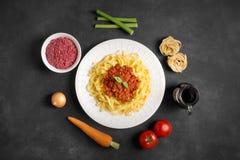 Bolognese spagetti och dess ingredienser Fotografering för Bildbyråer