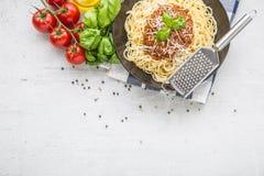 bolognese spagetti Pastaspagetti Bolognese med basilika och garnering i restaurang eller hem Royaltyfria Bilder