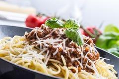 bolognese spagetti Pastaspagetti Bolognese med basilika och garnering i restaurang eller hem Arkivbild