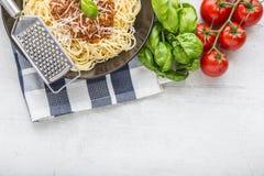 bolognese spagetti Pastaspagetti Bolognese med basilika och garnering i restaurang eller hem Arkivbilder