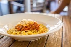 bolognese spagetti Platta med spagetti på tabellen i restaurang Arkivfoton