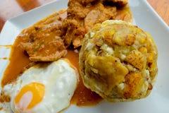 Bolon de verde con le uova fritte e l'alimento ecuadoriano galapagos dello stufato della carne Fotografia Stock