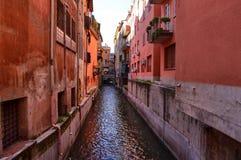 Bolonha, Emilia Romagna, Itália Em dezembro de 2018 Uma parte escondida da cidade reminiscente de Veneza imagens de stock royalty free