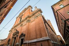 BOLONHA, ITÁLIA - em outubro de 2017: Vista da rua na cidade velha da Bolonha, região de Emilia Romagna, Itália fotos de stock royalty free