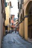 BOLONIA, ITALIA - 17 DE FEBRERO DE 2016: Un hombre no identificado en una vespa de motor en Bolonia, Italia Foto de archivo libre de regalías