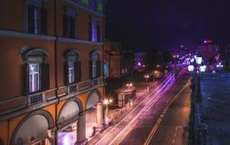 BOLONIA, ITALIA - 17 DE FEBRERO DE 2016: Vía la calle del dell'Indipendenza en Bolonia en la noche Foto de archivo