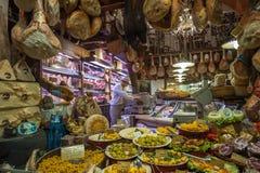 BOLONIA, ITALIA - 8 de marzo de 2014: Ventana de la tienda de ultramarinos en Bolonia Imágenes de archivo libres de regalías