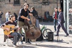 Bolonia, Italia, el 15 de octubre de 2016 - un ejecutante de la calle del contrabajo Fotos de archivo libres de regalías