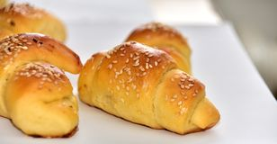 Bolos caseiros do croissant do rolo imagens de stock