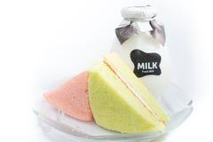 Bolos chiffon com uma garrafa do leite na placa Fotografia de Stock Royalty Free