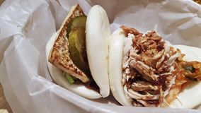 Bolos chineses com pepino e queijo grelhado e um bolo cozinhado da galinha imagens de stock