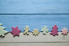 Bolos coloridos do Natal no fundo de madeira fotos de stock royalty free