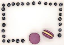 Bolos coloridos dos bolinhos de am?ndoa no fundo alaranjado foto de stock royalty free