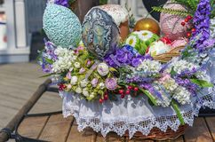 Bolos coloridos dos ovos da páscoa e da Páscoa em uma cesta de vime fotografia de stock