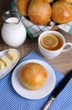 Bolos com as sementes de sésamo para o café da manhã fotos de stock royalty free