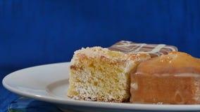 Bolos com cereja em uma placa branca em placas de madeira Pastelarias diferentes bolos Imagem de Stock Royalty Free