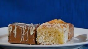 Bolos com cereja em uma placa branca em placas de madeira Pastelarias diferentes bolos Fotografia de Stock Royalty Free